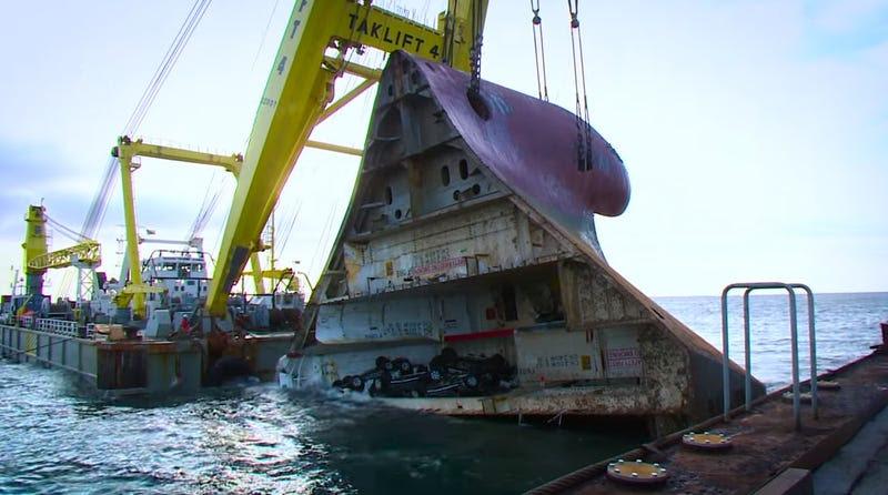 Así es el increíble proceso de rescatar un barco de 13.000 toneladas del fondo del mar