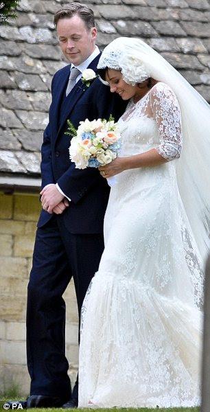 Dois vestidos mais: Lily Allen com o vestido que ela usava para sua cerimônia de casamento (esquerda) e o vestido de Karl Lagerfeld projetado para sua recepção