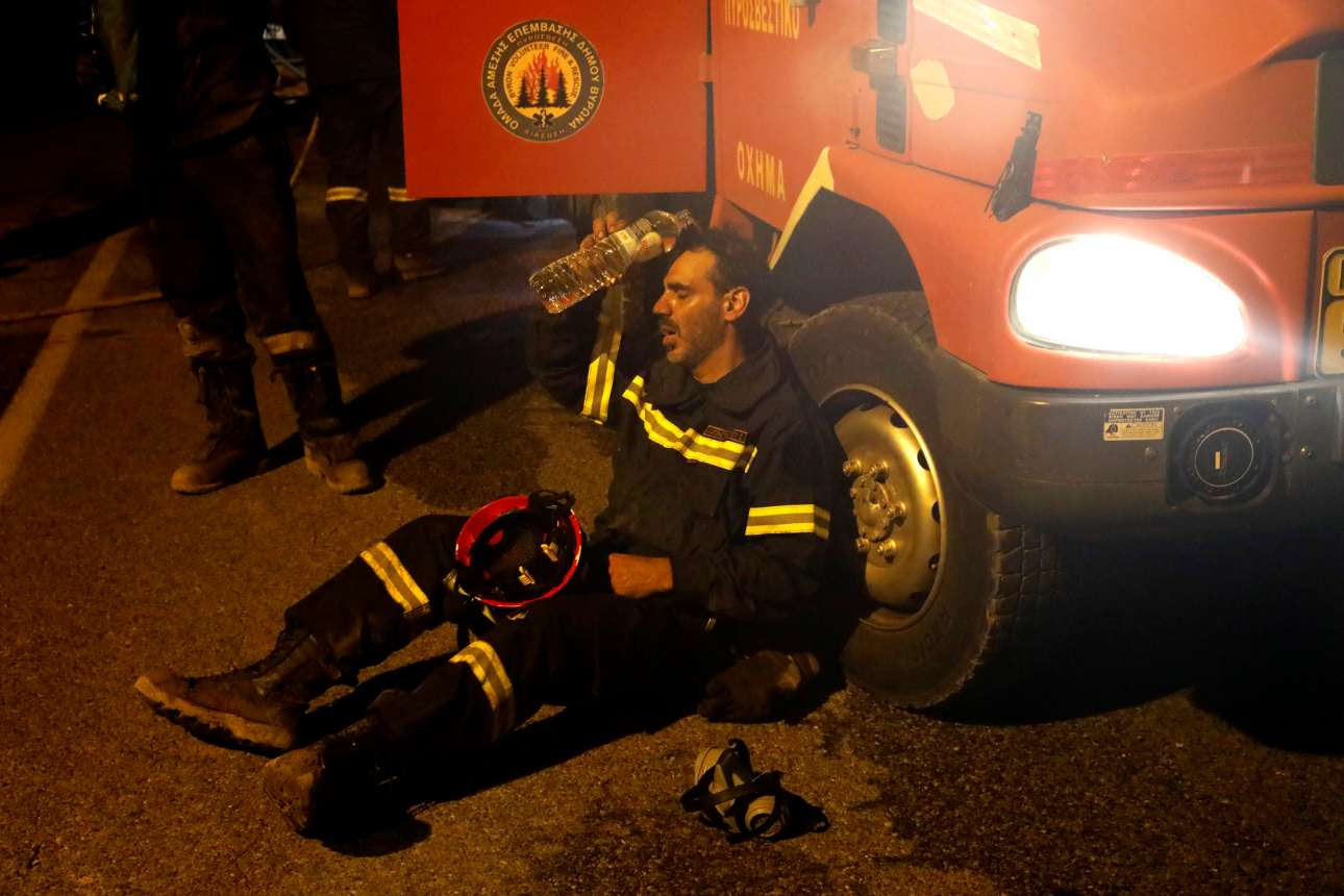 Το πρόσωπο των ημερών, ο άγνωστος πυροσβέστης αποκαμωμένος από τη μάχη με τη φωτιά, παίρνει μια ανάσα και δροσίζεται προτού ριχτεί και πάλι στο μέτωπο