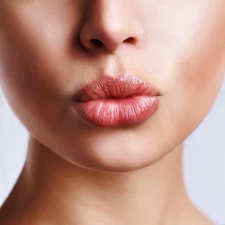 Proteja a boca durante o ano todo e fazer da hidratação labial um hábito. O calor e o frio deixam os lábios ressecados com tendência a fissuras e descamação, e pode, inclusive, desencadear o aparecimento de herpes labial. Para cuidar da sua boca, veja algumas dicas que a dermatologista Vanessa Metz, da Academia Americana de Dermatologia -AAD-, ensina.
