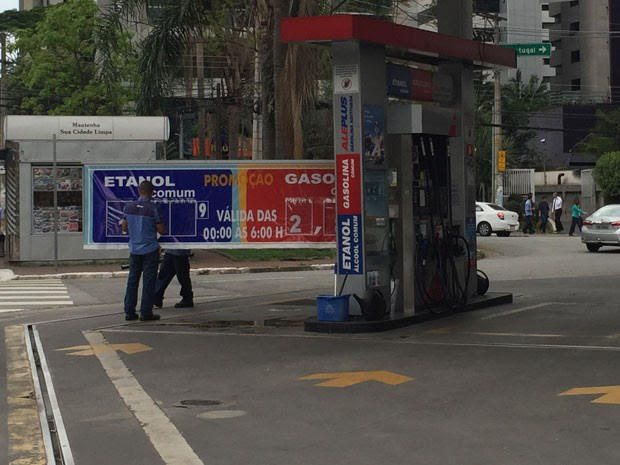 Posto de combustível trocava os preços até do álcool no inicio da tarde desta quarta-feira (30) (Foto: G1)