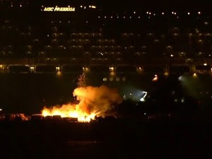 Balsa pega fogo durante queima de fogos na Praia de Copabana. (Foto: Reprodução / GloboNews)