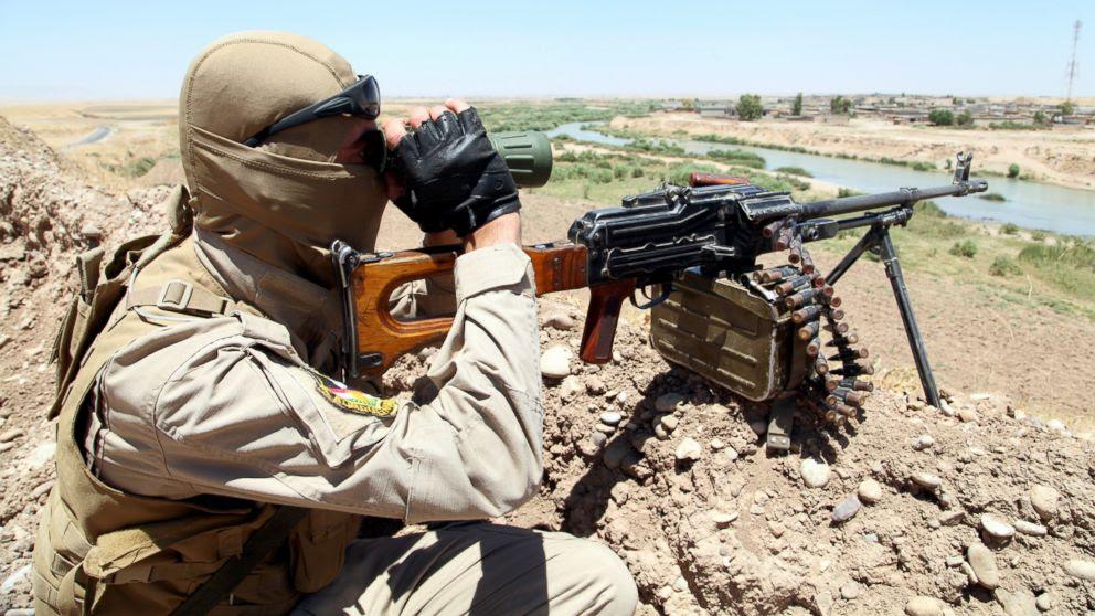 FOTO: Um membro das forças de segurança curdas toma sua posição durante uma implantação de segurança intensa procura de militantes do Estado Islâmico do Iraque e do Levante (ISIL), nos arredores de Mosul, Junho 22, 2014.