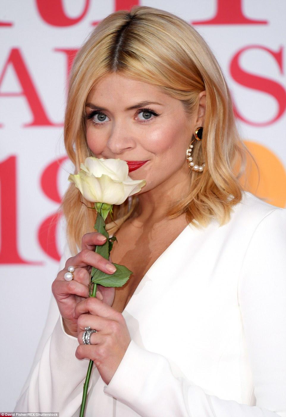 Pare e cheire as rosas: com seu conjunto branco e rosa branca correspondente, Holly adicionou um pau de cor com um lábio vermelho ousado