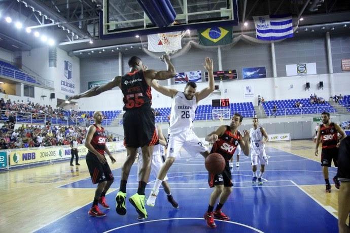 Em casa, o Minas venceu o Flamengo por 78 a 76 no primeito turno e impôs a primeira derrota do time carioca no NBB 7  (Foto: Orlando Bento/Minas T.C.)