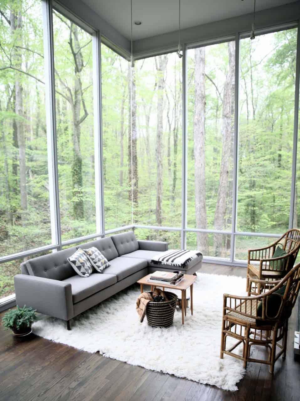 21 Luminous modern living rooms showcasing forest views