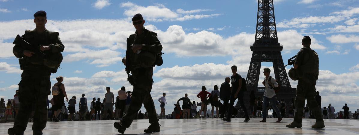 Des militaires de l\'opération Sentinellepatrouillent devant la Tour Eiffel, à Paris, le 25 juin 2017.