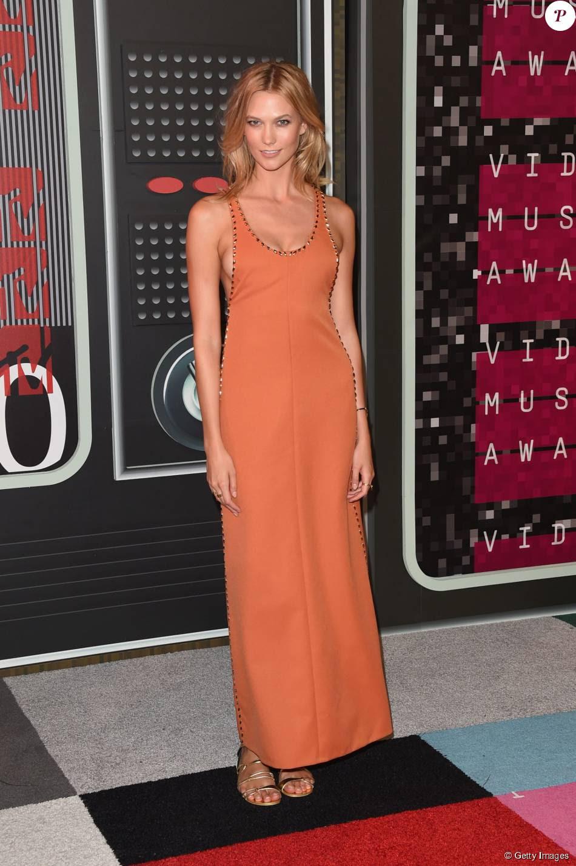 A modelo Karlie Kloss apostou em vestido Louis Vuitton para o VMA 2015