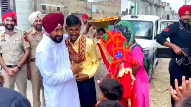 गाड़ी रोककर पंजाब के CM ने नवविवाहित जोड़े को दी शुभकामनाएं, VIDEO वायरल