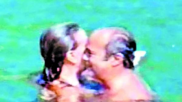 En el mar. Bargalló y María de las Victorias en México, en 2011. El obispo de Merlo-Moreno debió renunciar por el escándalo.  ARCHIVO