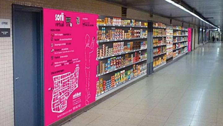 En un largo pasillo se pueden mostrar hasta 400 productos. Cada uno de ellos lleva un código QR especial que basta fotografiar con el móvil para añadir al 'carrito de la compra'