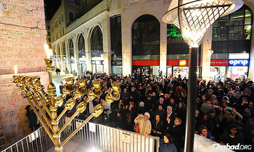 More than 1,000 people observed the ceremony on the first night of Chanukah. (Photo: Mendy Hechtman)