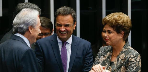 Ministro Ricardo Lewandowski, senador Aécio Neves e Dilma conversam no plenário do Senado