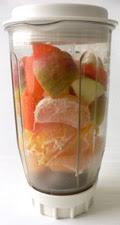 Frisches Obst für den Smoothie im Mixer