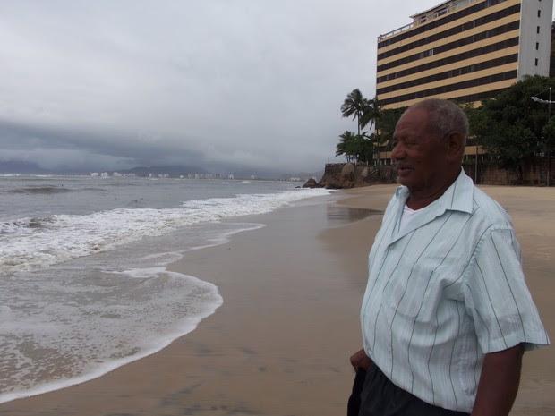 Benedito Caetano, morador de asilo de Guararema, fica impressionado com a imensidão do mar (Foto: Maiara Barbosa/G1)