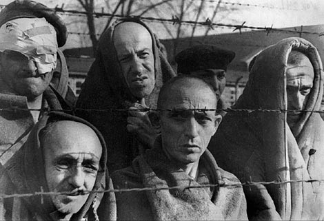 Judíos supervivientes del campo de Auschwitz. Foto de archivo de 1945.