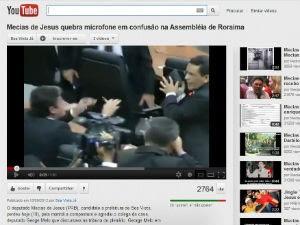 Candidato a prefeito de Boa Vista agride deputado estadual com microfone (Foto: Reprodução/Youtube)