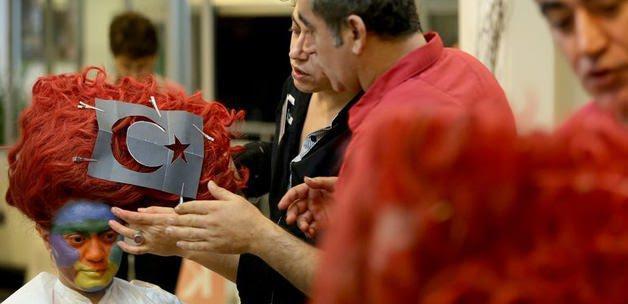 Izmirli Kız Saçına Türk Bayrağı Modeli Yaptırdı Güncel Haberleri