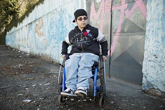 Estudante cadeirante Raphael Preto Alves Pereira, 16, em frente a Escola Estadual Buenos Aires, em São Paulo