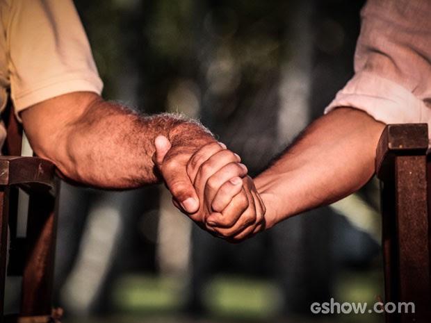 César e Félix enfim deram as mãos (Foto: Pedro Curi/TV Globo)