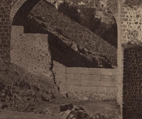 Ojo del Puente de Alcántara cegado con una especie de encofrado. Fotografía de Jean Laurent. Frances Loeb Library, Graduate School of Design, Harvard University. H. H. Richardson Collection