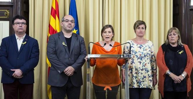 La presidenta del Parlament, acompanyada de membres de la Mesa, durant el discurs institucional de resposta a l'anunci d'aplicació de l'article 155 / EFE