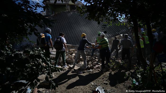 Rettungsaktion in Amatrice nach dem Erdbeben in Italien