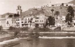 Foto de color sepia de un pueblecito a orillas de un río