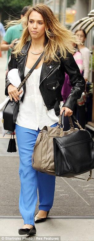 Her kıyafeti ile çalışır: Jessica giyinmiş ve rahat bir görünüm için ceket giydi