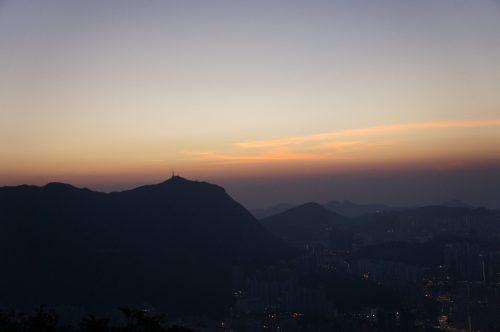 コチラの方向から太陽が昇るはず