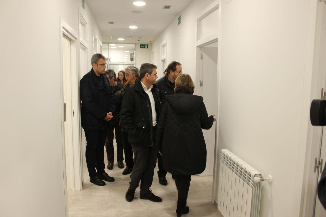"""Visita de representantes institucionales de Irun y Hondarribia al Centro de Acogida Nocturna """"Zubia"""", en el día de su apertura."""