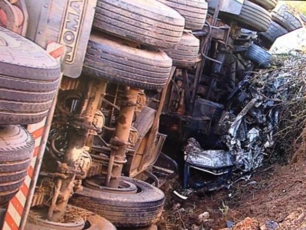 Carro foi parar embaixo de um dos caminhões (Foto: Reprodução/RPC)