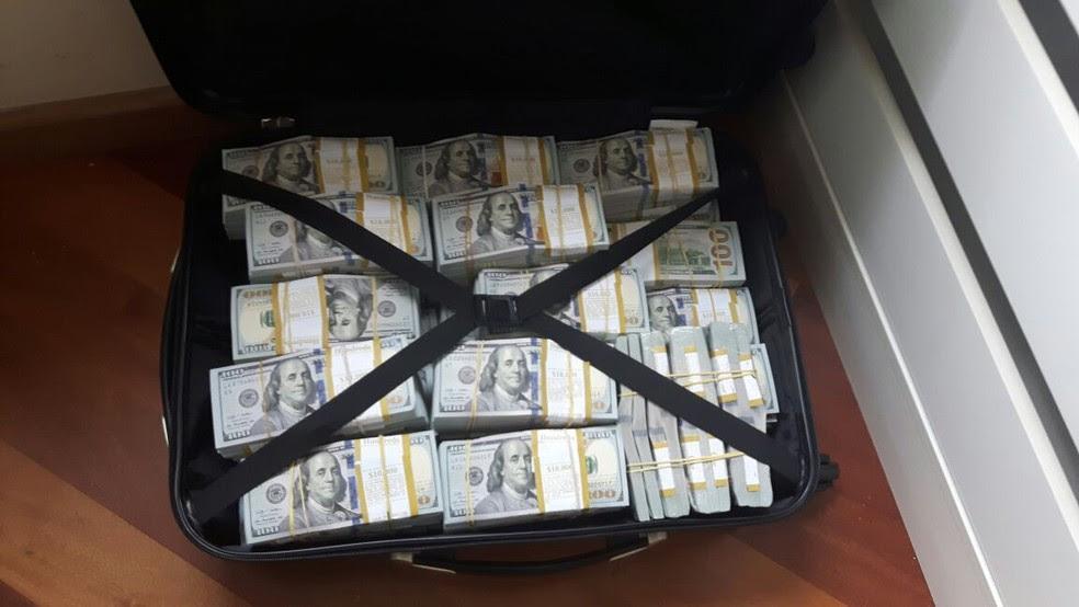 Parte do dinheiro foi encontrado dentro de malas em uma casa em Osasco (SP) (Foto: Divulgação/Polícia Federal)