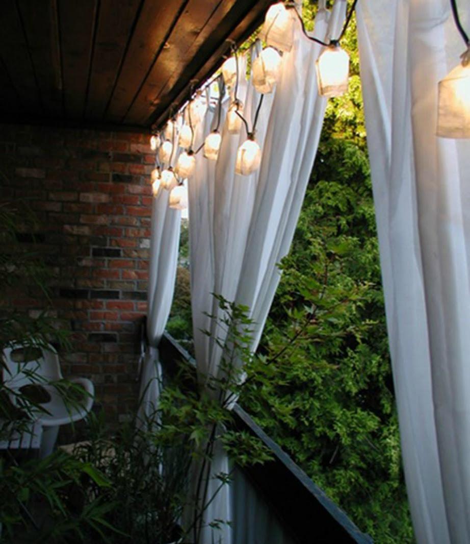 Προσθέστε κουρτίνες γύρω γύρω στο μπαλκόνι για να προφυλαχθείτε από τον ήλιο αλλά και τα αδιάκριτα βλέμματα.