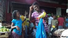 Mosambik Quelimane Kinder verkaufen auf der Straße