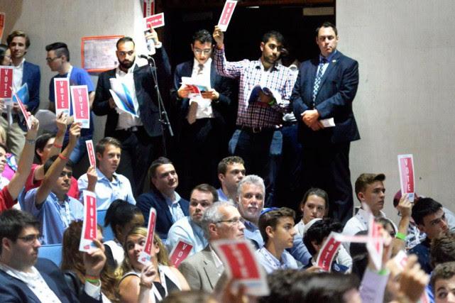 Par une forte majorité, les jeunes libéraux ont... (PHOTO JEAN-MARIE VILLENEUVE, LE SOLEIL)