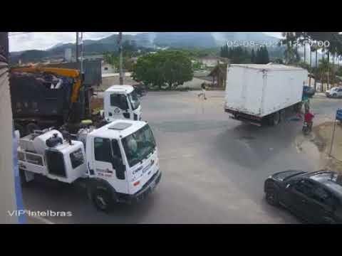 VÍDEO: mulher é atropelada por caminhão e se arrasta para evitar ser esmagada por rodas traseiras do veículo