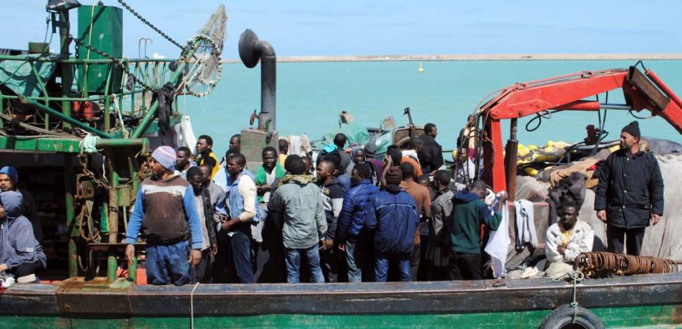 Des migrants provenant de Libye sur un navire à destination de l'île italienne de Lampedusa, en mars (FETHI NASRI / AFP)