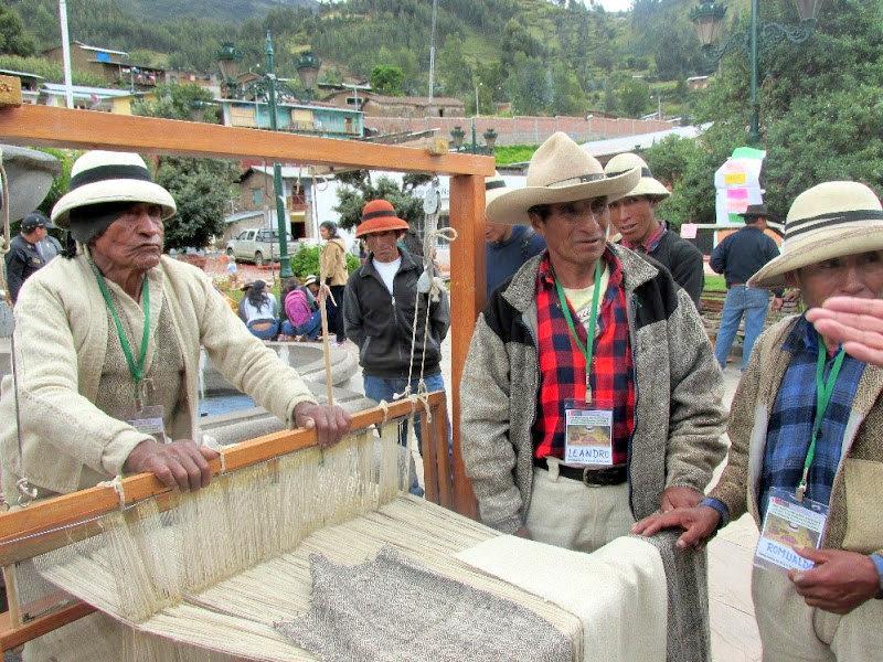 """Foto: Sabios expertos en la elaboración del telar denominado """"bayeta"""", cuya materia prima es la lana de ovino. Es una actividad que realizan mayoritariamente los varones."""