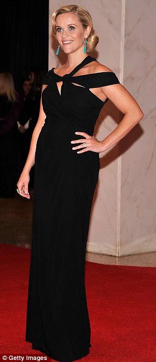 Bebê em preto: Reese Witherspoon encoberto sua colisão do bebê florescimento em um vestido preto até o chão