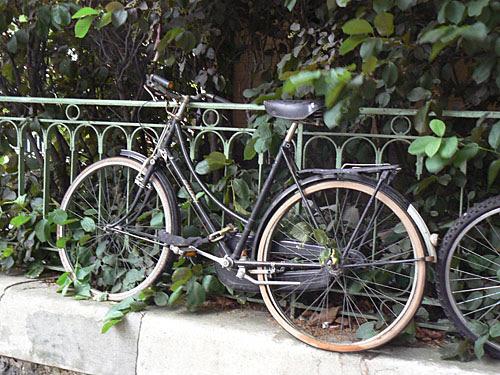 vélo sur le canal.jpg