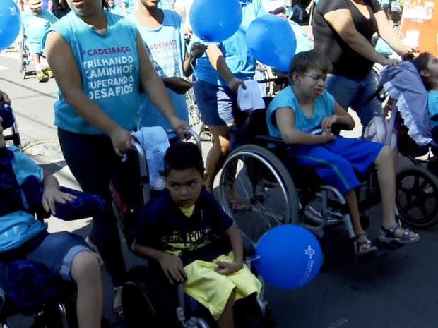 Manifestação em Rio Claro, SP, reuniu moradores de todas as idades (Foto: Wilson Aiello/EPTV)
