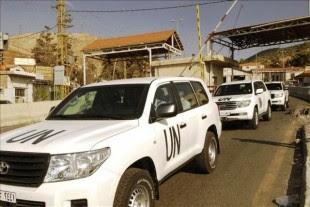 Un convoy de vehículos de la ONU, en los que viajan los inspectores que investigan el empleo de armas químicas en Siria, entra a Líbano desde Siria por el puesto de control fronterizo de Masnaa (Líbano), este lunes 30 de septiembre de 2013. EFE