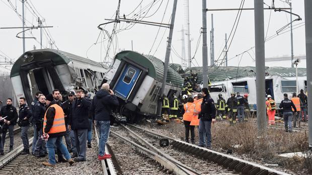 Τουλάχιστον δύο άνθρωποι έχουν πεθάνει από τον εκτροχιασμό ενός τρένου κοντά στο Μιλάνο