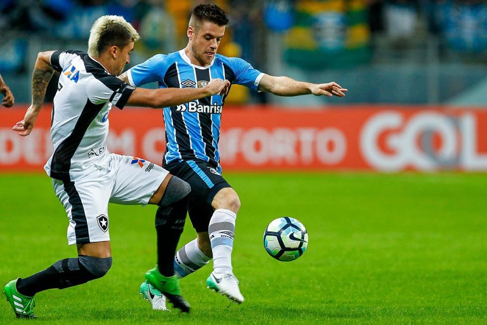 Ramiro, autor dos dois gols do Grêmio, disputa bola com o lateral alvinegro Victor Luís (Foto: Lucas Uebel/Divulgação Grêmio)