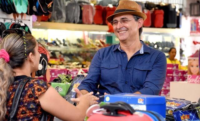 Empresário Luis Serra recebendo o carinho de uma moradora de Coelho Neto