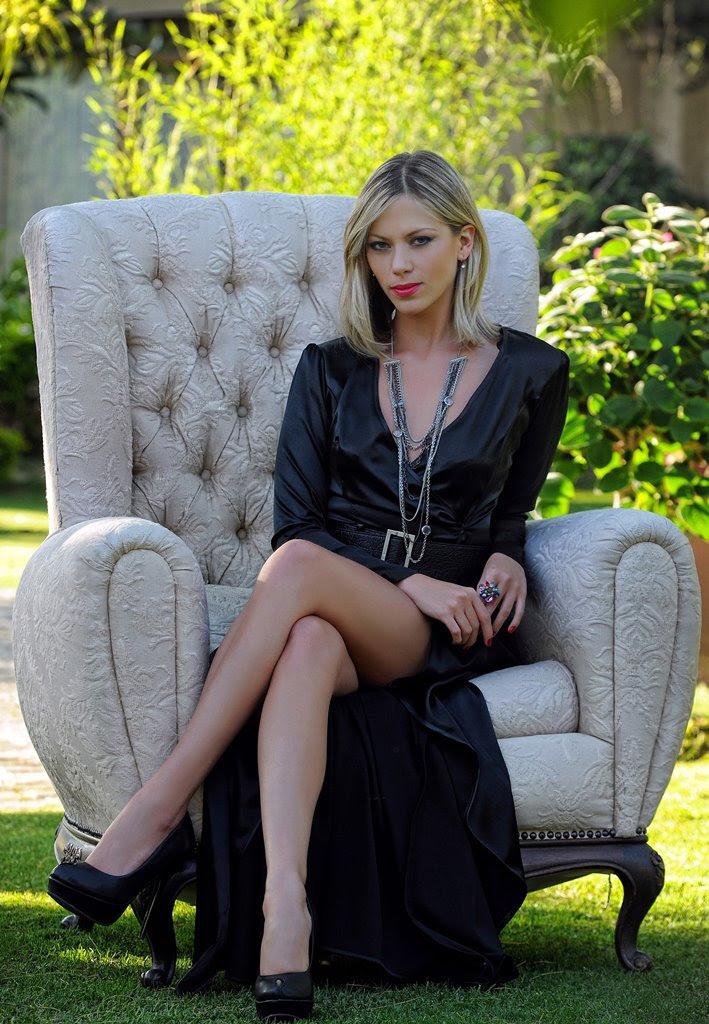 Maria Renée Cortés sentada en un sillón (Maria Renée Cortés sitting in an armchair)