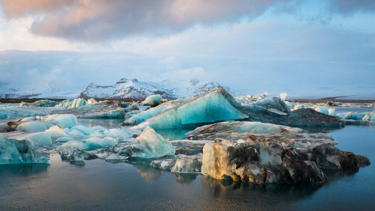 Between 2000 and 2004, Iceland glaciers lost 227 billion tonnes of ice per year. Image credit: Flickr/On.My.BigfOot