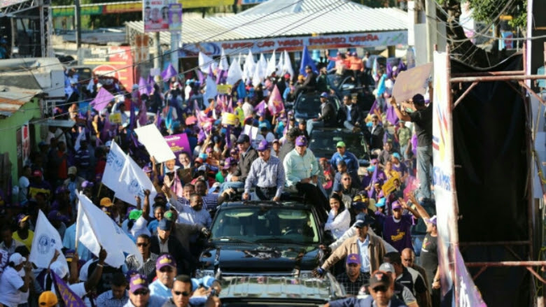 Medina recibe muestras de apoyo en caravana Santo Domingo Norte