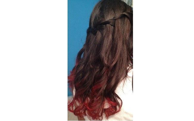 Pontinhas bem vermelhas num cabelo encaracolado